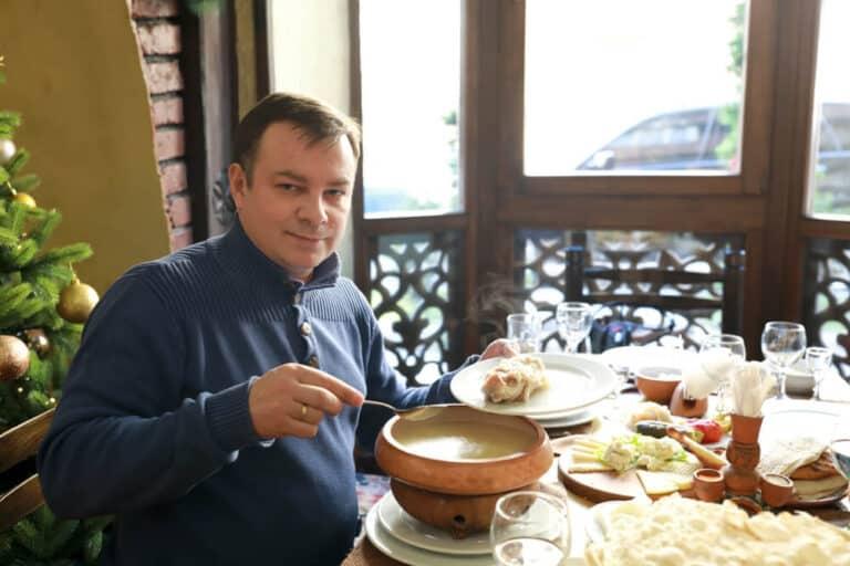 מרק Khash בקערה - מאכל חורף מסורתי בארמניה