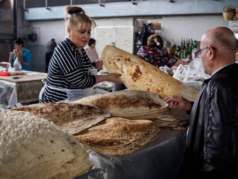 אישה מוכרת לוואש (לחם שטוח) בשוק ירוואן
